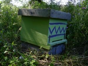 arnia con il tradizionale disegno geometrico che serve alle api ospiti a riconoscerla dalle altre della zona